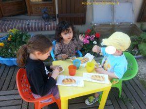 goûter et discussions en terrasse