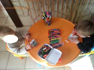 concentration pour la déco ! Nathan découvre la joie des pastels :-)