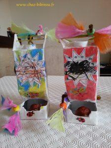 ajout de ficelles, boule de graisse (polystyrène peinte) et oiseaux (plumes cotillons et fils chenille)