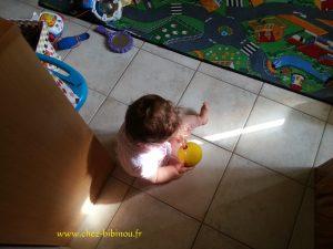 Enora qui a trouvé la balle de bowling dans la salle de jeux