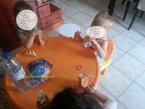 Nathan a la table des grands :-) pour le goûter