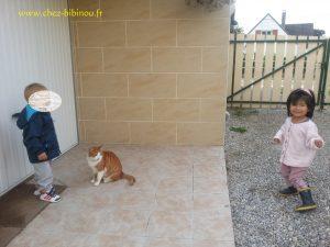 Nathan et Dharma en compagnie de Despe,un des chats de Madalena