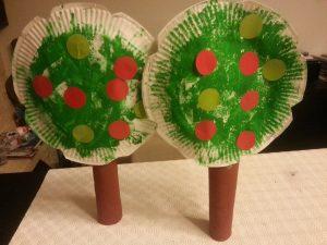 après avoir collé des gommettes rondes aux couleurs des pommes, assembler le tronc au feuillage
