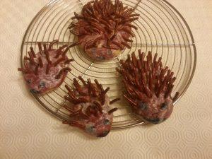 Hérissons cuits et peints avec une couche de vernis