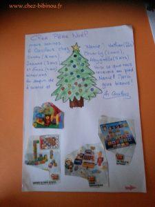 Lettre au Père Noël : Abygaëlle et Emma ont collé tour à tour les jouets souhaités pour la salle de jeux, tandis que Jeanne décorait l'enveloppe avec les gommettes :-)
