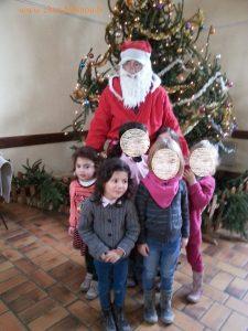 Jeanne et Emma avec le Père Noël, avant d'aller déjeuner à la cantine :-)