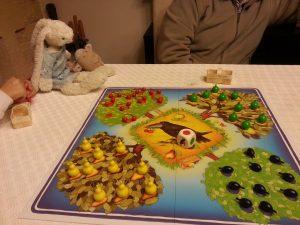 """Petite partie de jeu """"Le Verger"""". Il faut ramasser tous les fruits avant le corbeau. Mais c'est lui qui gagnera au final, quel gourmand !"""